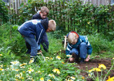 LandWert Schulbauernhof: bei der Gartenarbeit
